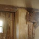 detail ivoorkleurige stuco-hout