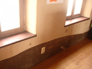 stuco vensterbanken en lambrizering zwevend boven plankenvloer
